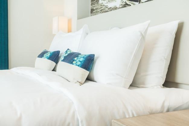 Dubbel bed met kussens en kussens foto gratis download
