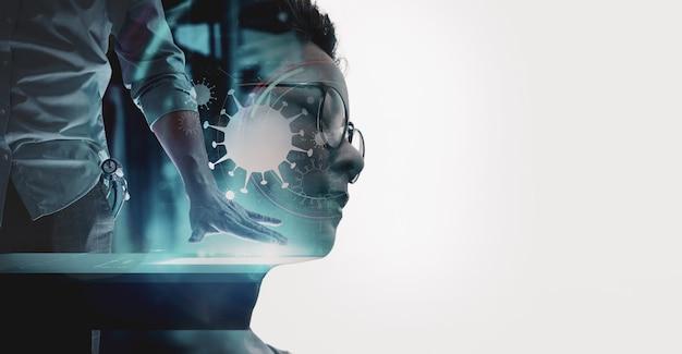 Dubbele blootstelling van aziatische vrouw met medische wetenschapsarts die met moderne computer in ui van het virusteken bij laboratorium of het ziekenhuis werkt. Premium Foto