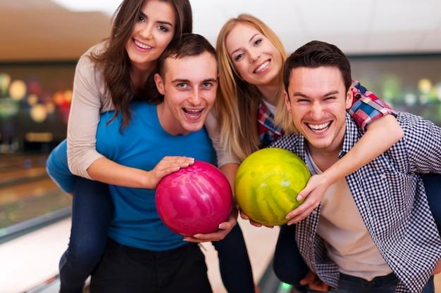 Dubbele date op de bowlingbaan Gratis Foto