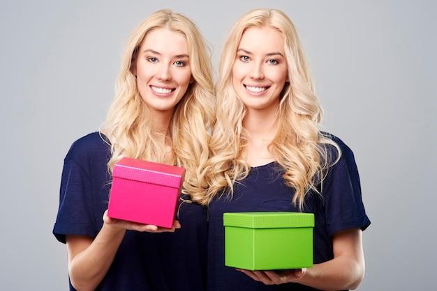 Dubbele geschenken van mooie zussen Gratis Foto