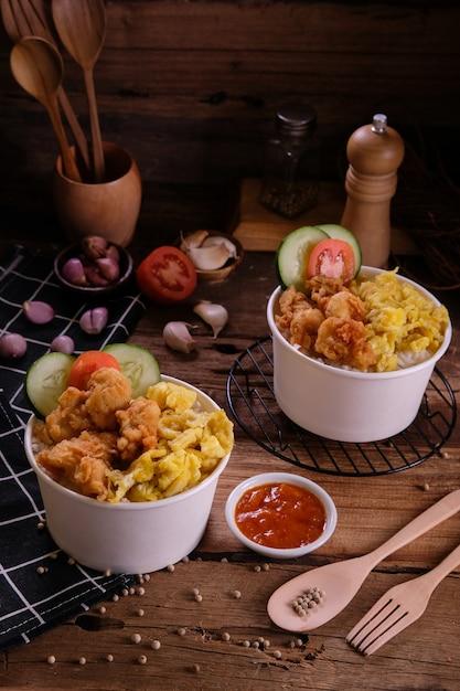 Dubbele rijstkom kip krokant Premium Foto