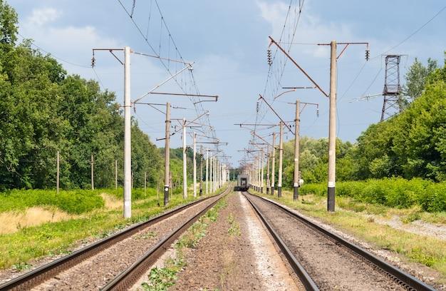 Dubbelsporige geëlektrificeerde spoorlijn in oekraïne Premium Foto