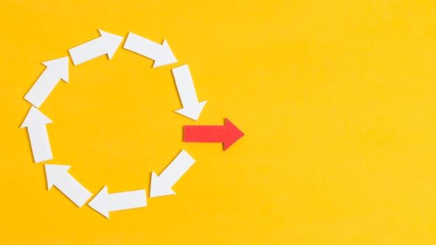 Duidelijke rode pijl die de cirkel verlaat Gratis Foto