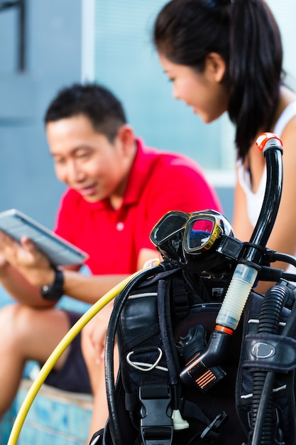 Duik meester en student in aziatische duikschool Premium Foto