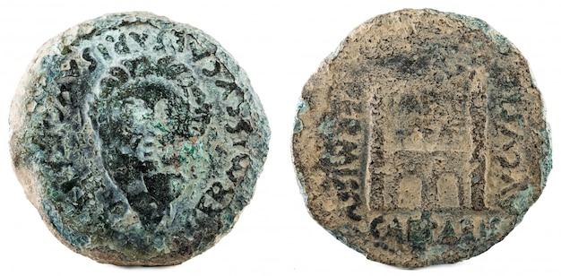 Dupondius. oude romeinse bronzen munt van keizer augustus. geslagen in emerita augusta. huidige merida in spanje. Premium Foto
