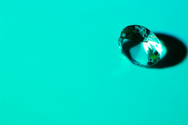 Dure kristaldiamant op turkooise achtergrond Gratis Foto