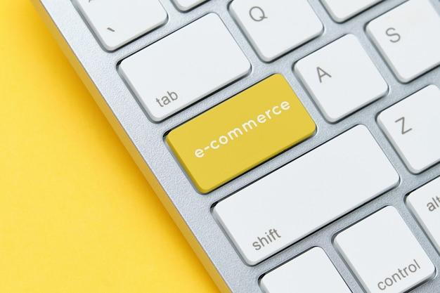 E-commerce concept op toetsenbord met knop close-up. Premium Foto