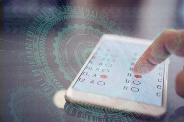E-learning examen of online leren voor student in smartphone door multichoice met de vinger te klikken Premium Foto