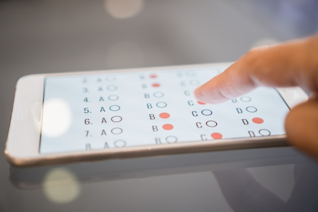 E-learning examen of online leren voor student in smartphone Premium Foto