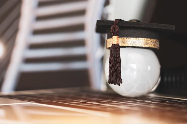 E-learning online graduate education concept, gefeliciteerd afgestudeerden op laptop computer vervagen gebouw Premium Foto