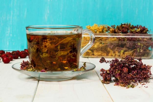Ea van geneeskrachtige kruiden. gedroogde geneeskrachtige kruiden voor de gezondheid. Premium Foto