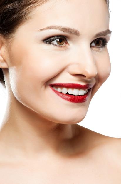 Eautiful vrouwengezicht. perfecte brede glimlach. kaukasisch jong meisjes dicht omhooggaand portret. rode lippen, huid, tanden. geïsoleerd op witte achtergrond Premium Foto
