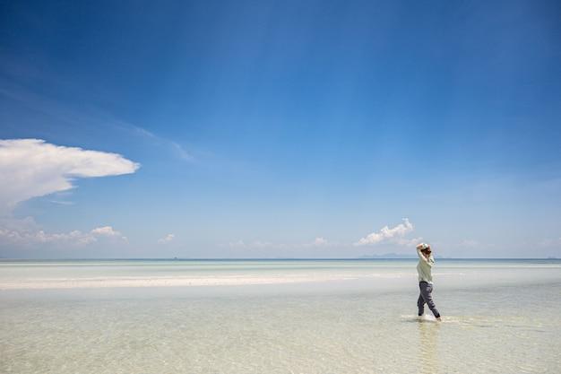 Eb aan de kust van de andamanzee Premium Foto