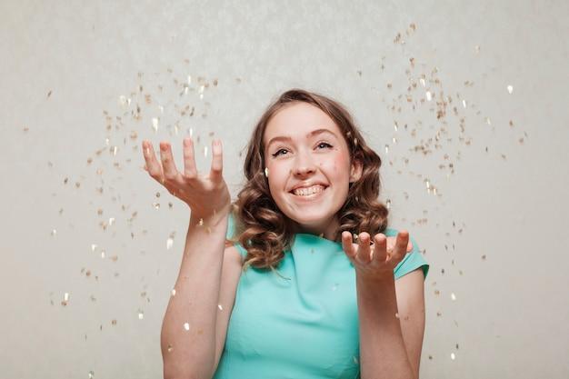 Echt gelukkige vrouw en confetti regen Gratis Foto