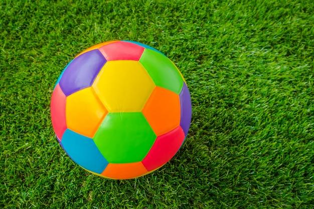 Echt lederen kleurrijke multi color voetbal bal op het groene gras. Gratis Foto