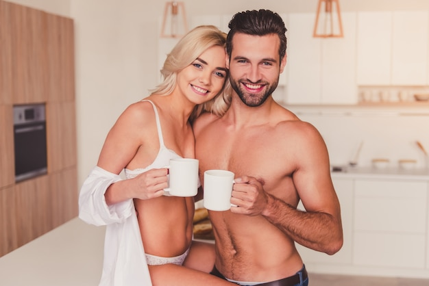 Echtpaar in de keuken Premium Foto