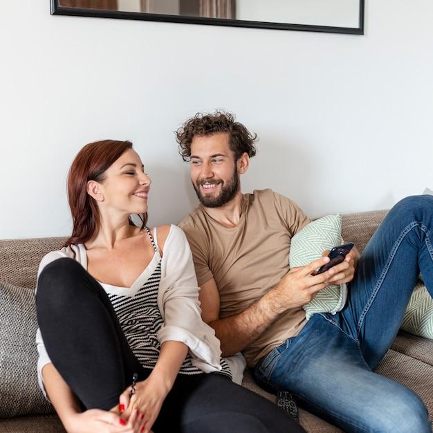 Echtpaar ontspannen samen op de sofa Gratis Foto