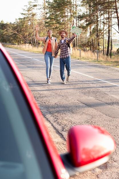 Echtpaar rent om een rit naar een nieuwe bestemming te krijgen Premium Foto