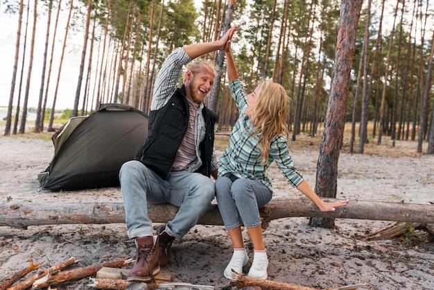 Echtpaar zittend op een omgevallen boom Premium Foto