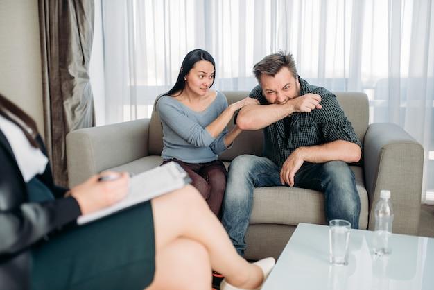 Echtpaar zweert bij psycholoog, gezinspsychologie Premium Foto