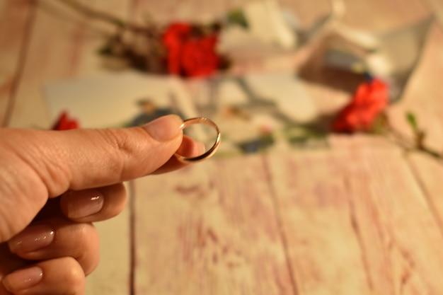 Echtscheiding en scheiding van paren. vrouw die een trouwring houdt Premium Foto