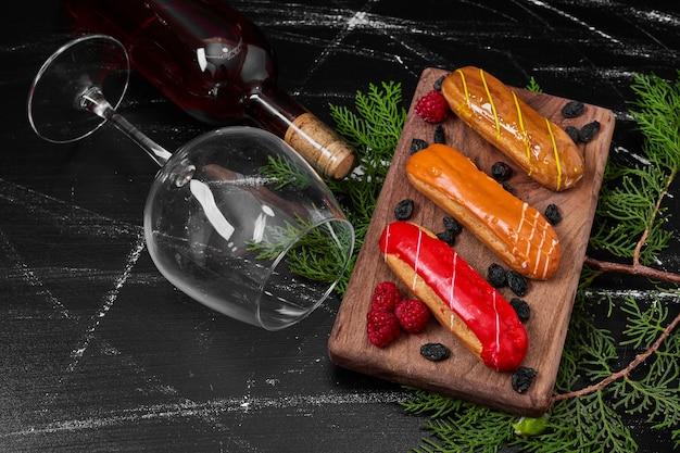 Eclairs op houten schotel. Gratis Foto