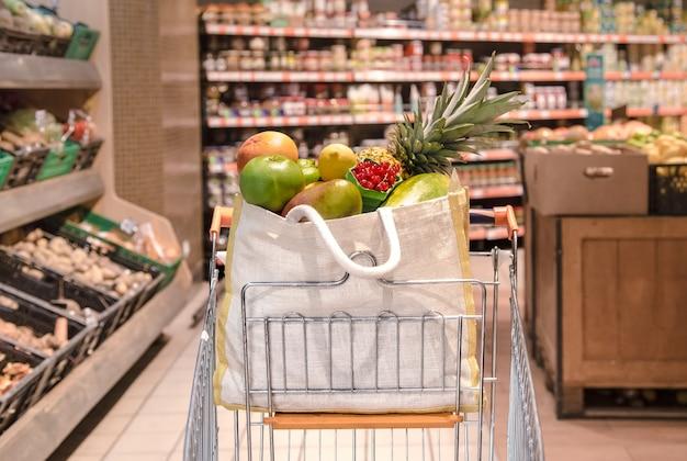 Eco tas met verschillende soorten fruit en groenten in een winkelwagen Gratis Foto