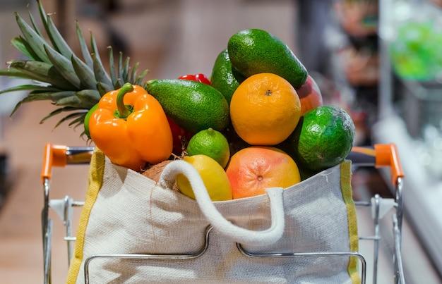 Eco-tas met verschillende soorten fruit en groenten. winkelen in de supermarkt. Gratis Foto