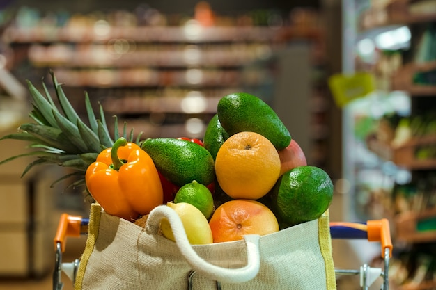 Eco-tas met verschillende soorten fruit en groenten Gratis Foto
