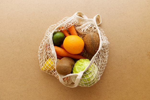 Eco-vriendelijke herbruikbare netgebreide tricotentas met fruit en groenten Premium Foto