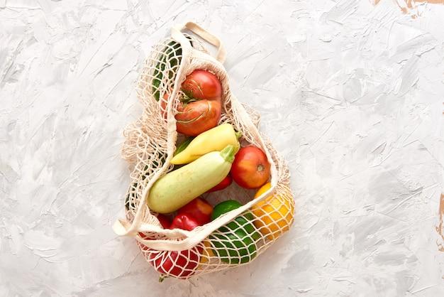 Eco-vriendelijke nettas met fruit en groenten. bovenaanzicht geen plastic Premium Foto