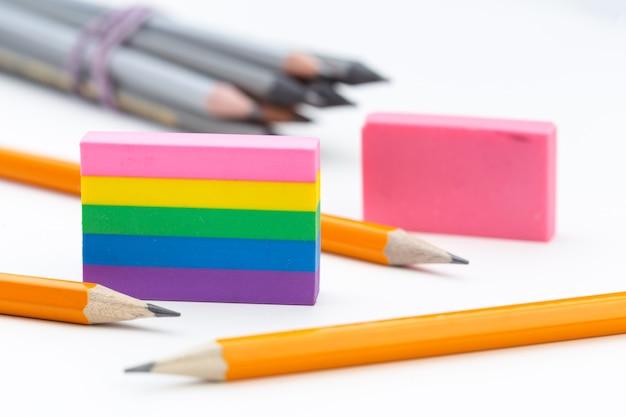 Educatief hulpmiddel, potlood, schroot gum op wit Premium Foto
