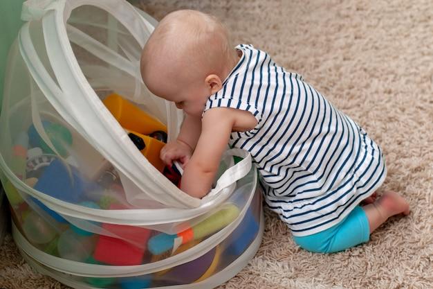 Educatief logisch speelgoed voor kinderen. een kind verzamelt een gekleurde piramide. montessori-spellen voor de ontwikkeling van het kind. vroege ontwikkeling Premium Foto