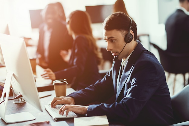 Een arabische man werkt in het callcenter. Premium Foto