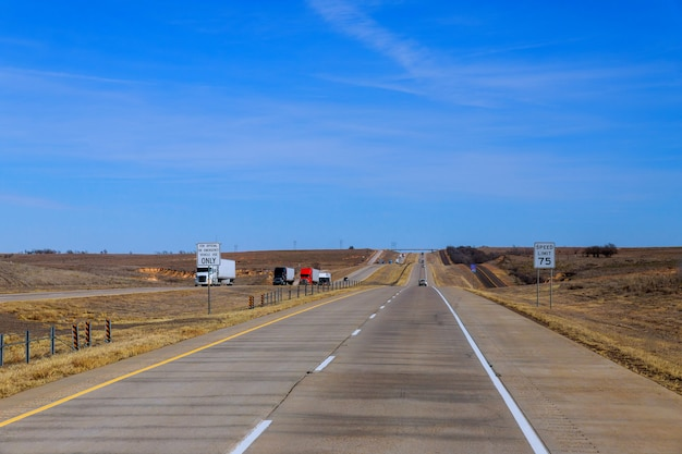 Een autosnelweg met deler van reizigers us highway Premium Foto
