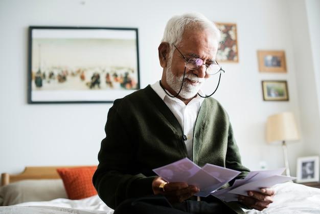 Een bejaarde indiase man in het bejaardentehuis Gratis Foto