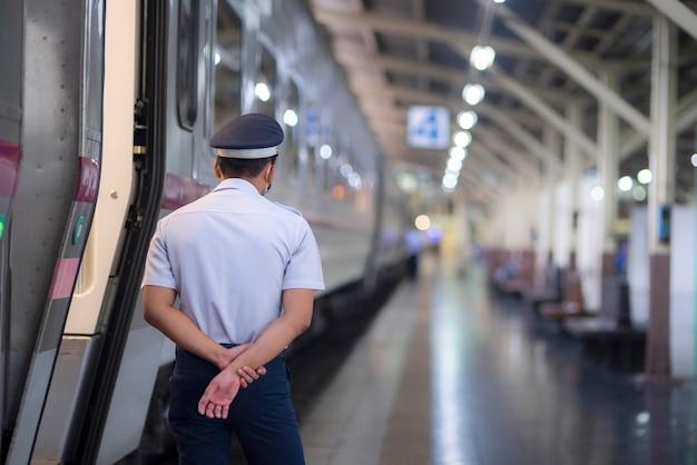 Een bewaker houdt de wacht bij een treinstation Premium Foto