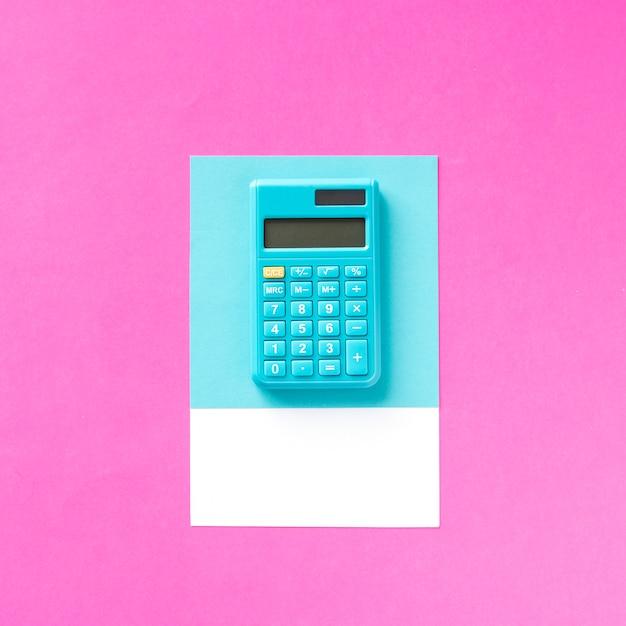 Een blauwe elektronische rekenmachine voor boekhouding Gratis Foto