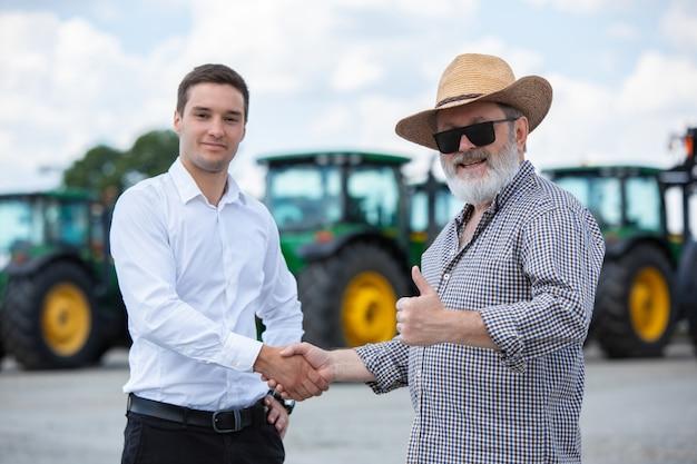 Een boer en zakenman doen een deal Gratis Foto