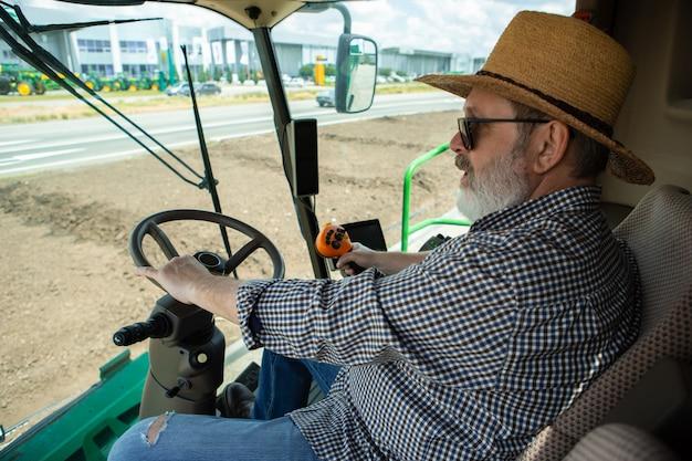 Een boer met een tractor Gratis Foto