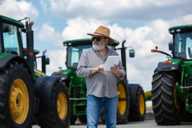 Een boer met tractoren Gratis Foto