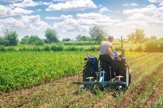 Een boer op een tractor ploegt een veld. Premium Foto