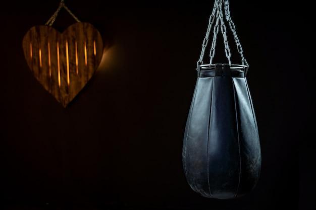 Een bokszak op een zwarte achtergrond Premium Foto