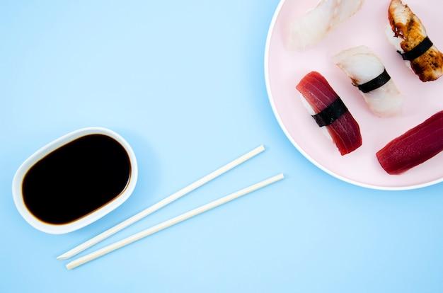 Een bord met sushi op een blauwe achtergrond Gratis Foto