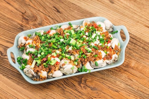 Een bord met vers gestoomde oesters met vermicelli Gratis Foto