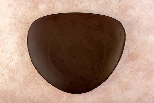 Een bovenaanzicht bruin ontworpen spiegelglas gemaakt geïsoleerde maaltijdtafel Gratis Foto