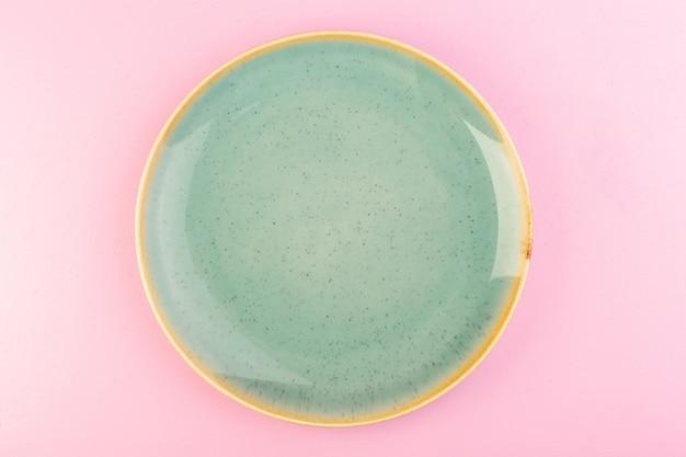 Een bovenaanzicht groene lege plaat glas gemaakt voor de maaltijd op roze Gratis Foto