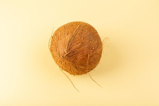 Een bovenaanzicht kokos hele melkachtig fris mellow geïsoleerd op de crème gekleurd Gratis Foto
