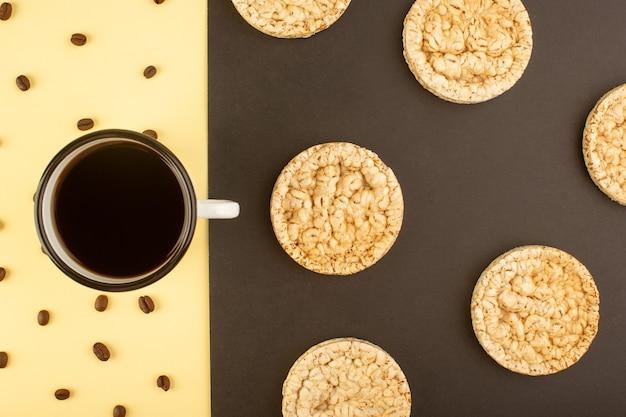 Een bovenaanzicht kopje koffie met bruine koffiezaden en ronde crackers Gratis Foto