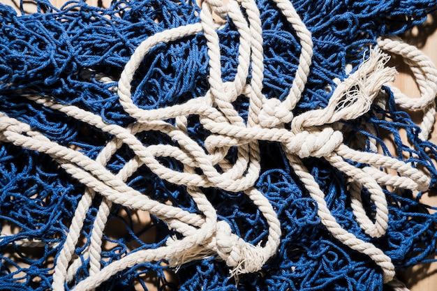 Een bovenaanzicht van blauwe visnet met witte touw Gratis Foto
